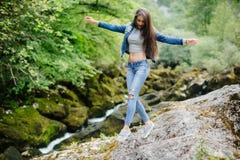 Curso da mulher no turista do eco do rio da montanha Imagens de Stock Royalty Free