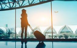 Curso da mulher da silhueta com bagagem fotografia de stock