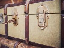 Curso da nostalgia do fechamento aberto da mala de viagem da bagagem do vintage Fotos de Stock