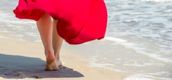 Curso da praia - passeio da mulher Imagens de Stock