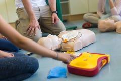 Curso da ressuscitação dos primeiros socorros usando o AED imagem de stock