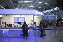 Curso das férias, entrada do aeroporto, troca da moeda imagem de stock