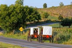 Curso das famílias de Amish com cavalo e transporte fotos de stock royalty free