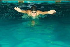 Curso de borboleta da natação do atleta da mulher na associação Foto de Stock
