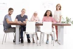 Curso de idiomas en equipo multicultural fotos de archivo libres de regalías
