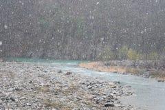 Curso de Japão da montanha do rio de Shirakawago da árvore do inverno da neve Imagem de Stock