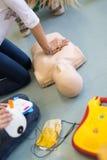Curso de la resucitación de los primeros auxilios usando el AED Fotos de archivo