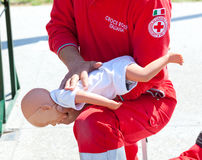 Curso de primeiros socorros com boneca Imagem de Stock Royalty Free