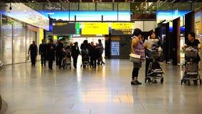 Curso de turistas com bagagem pessoal na área do aeroporto internacional filme
