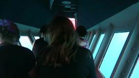 Curso de turistas semi no submarino no mar coral no grande recife de coral em Queensland Austrália filme