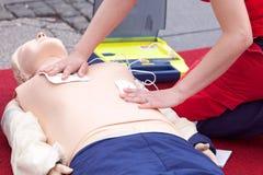 Curso del CPR usando el dispositivo externo automatizado del defibrillator - AED Foto de archivo libre de regalías