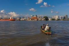 Curso do barco no rio de Chao Phraya Fotografia de Stock Royalty Free