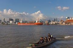 Curso do barco no rio de Chao Phraya Foto de Stock Royalty Free