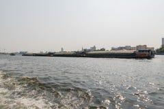 Curso do barco no rio de Chao Phraya Imagens de Stock Royalty Free