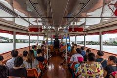 Curso do barco no rio de Chao Phraya Fotos de Stock Royalty Free