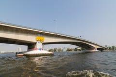 Curso do barco sob a ponte no rio de Chao Phraya Fotos de Stock