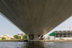 Curso do barco sob a ponte no rio de Chao Phraya Fotografia de Stock
