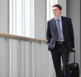 Curso do homem de negócios com olhar do trole para a frente Fotografia de Stock Royalty Free