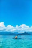Curso do verão que Kayaking Caiaque transparente Canoeing do homem no oceano Imagem de Stock Royalty Free