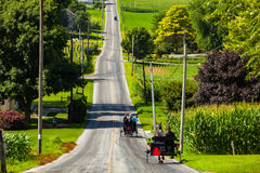 Curso dos carrinhos de Amish na estrada rural do Condado de Lancaster foto de stock