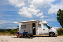 Curso dos pares pelo carro de acampamento Fotografia de Stock Royalty Free