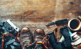 Curso e equipamento do turismo no fundo de madeira, vista superior Conceito da atividade do feriado do estilo de vida da descober foto de stock