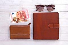 Curso flatlay: carteira, livro de bolso, dinheiro e óculos de sol nas placas brancas imagens de stock royalty free