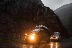Curso fora de estrada no carro do jipe 4x4 nas montanhas Equipe dos aventureiros Montanhas de Altay, turista em Sibéria, opiniões Fotografia de Stock