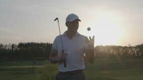 Curso masculino del club de golf del golfista almacen de metraje de vídeo