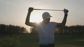 Curso masculino del club de golf del golfista almacen de video