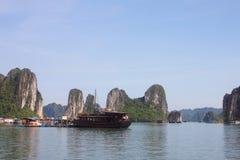 Curso na baía de Halong O mar e o céu azul no barco Halong C Imagens de Stock Royalty Free