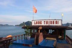 Curso na baía de Halong O mar e o céu azul no barco Halong C Fotos de Stock