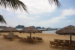 Curso na baía de Halong O mar e o céu azul no barco Halong C Fotografia de Stock