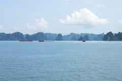 Curso na baía de Halong O mar e o céu azul no barco Halong C Imagem de Stock Royalty Free