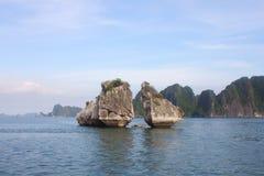 Curso na baía de Halong O mar e o céu azul no barco Halong C Fotografia de Stock Royalty Free