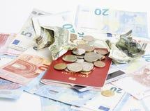 Curso no conceito do estilo de vida das férias: desconte o dinheiro na tabela na confusão com passaporte e mude-o Imagens de Stock