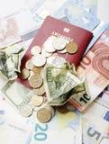 Curso no conceito do estilo de vida das férias: desconte o dinheiro na tabela na confusão com passaporte e mude-o Imagem de Stock