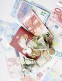 Curso no conceito do estilo de vida das férias: desconte o dinheiro na tabela na confusão com passaporte e mude-o Fotografia de Stock