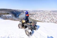 Curso no inverno no ATV Natureza bonita do inverno imagens de stock