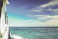 Curso no mar azul pelo barco imagens de stock royalty free