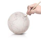 Curso que tira o mapa de América na bola de papel Imagens de Stock Royalty Free
