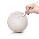 Curso que tira o mapa de Europa na bola de papel Imagem de Stock