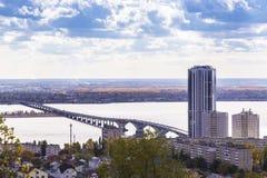 Curso a Rússia Marco da região de Volga, a ponte sobre imagem de stock