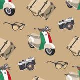 Curso retro Teste padrão sem emenda com câmera, óculos de sol, mala de viagem, 'trotinette' Italy Imagem de Stock Royalty Free