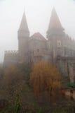 Curso a Romênia: Corvin Misty Castle imagens de stock royalty free