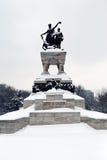 Curso a Romênia: A estátua dos heróis nacionais em Bucareste imagens de stock royalty free