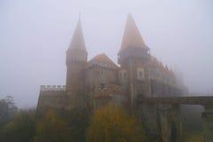 Curso a Romênia: Hunedoara Misty Castle fotos de stock