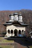 Curso a Romênia: Igreja nova do monastério de Lainici fotografia de stock