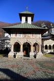 Curso a Romênia: Igreja velha do monastério de Lainici imagem de stock