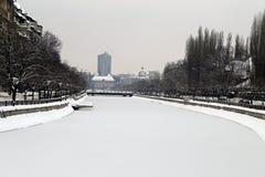 Curso a Romênia: Rio congelado no centro de Bucareste imagem de stock